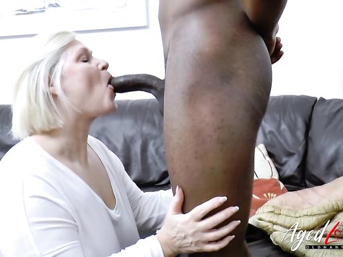Зрелая блондинка в чулках наслаждается сексом с афроамериканцем