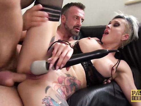 Короткостриженная блонда занимается жестким анальным сексом с поклонником