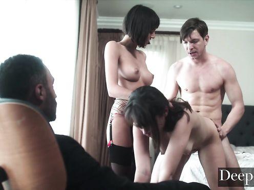 Опытная сучка учит свою сестру трахаться с мужиками как проститутка