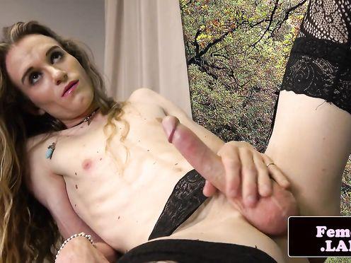Длинноволосая блондинка транссексуалка дрочит член на кастинге