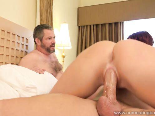 Зрелый муж смотрит как его жену трахает молодой любовник и дрочит хуй