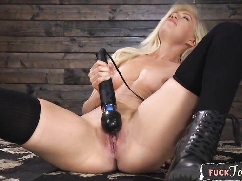 Сексапильная блондинка трахает свои дырочки разными секс игрушками