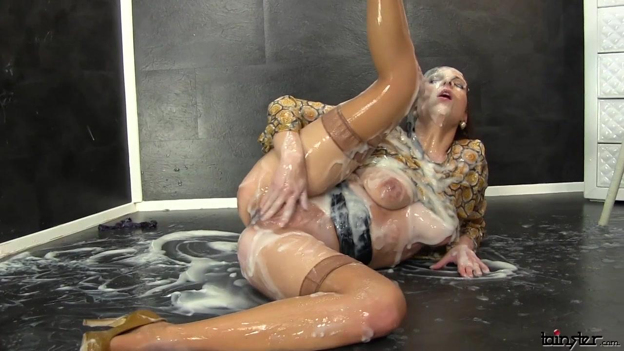 Искусственный член кончает в пизду красотки и сперма вытекает