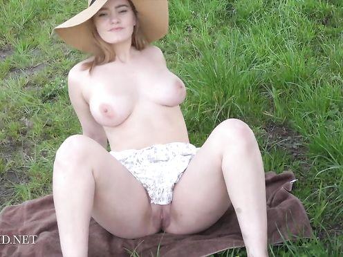 Игривая блондинка с большими сиськами эротично позирует возле фургона