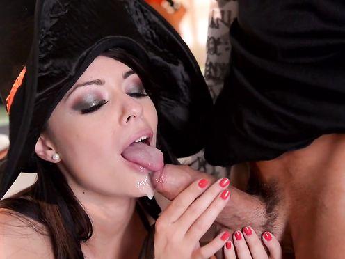 Костюмированное празднование хэллоуина переросло в страстный секс втроем