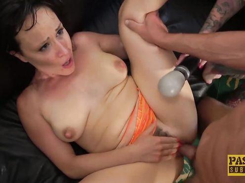 Брюнетка с торчащими сосками пробует секс втроем на кастинге