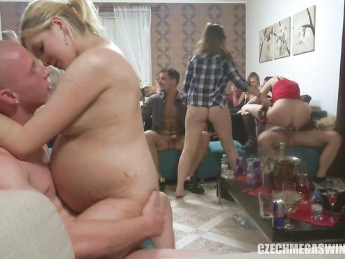 Большая пьяная групповуха с красивыми телками на съемной квартире