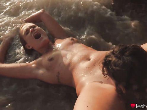 Две стройные девки целуются и ласкают языками киски на пляже