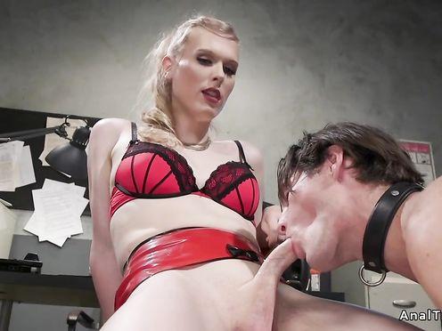 Начальница транс наказывает своего подчитенного писинком и жестким аналом