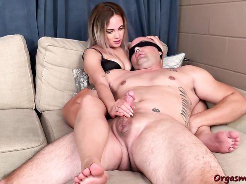 Молодая красотка дрочит член бойфренда руками и доводит его до оргазма
