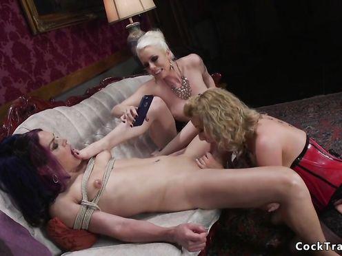 Две блондинистые сучки развлекаются со связанным трансом