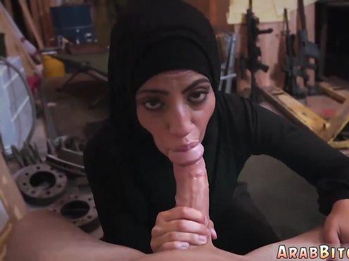 Красивая арабская девушка делает горловой минет в гараже