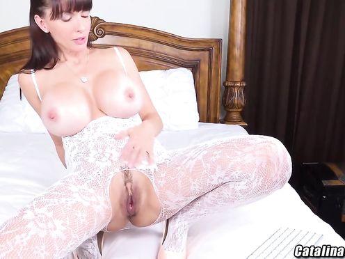 Сисястая шлюшка кончает перед веб камерой от мастурбации киски