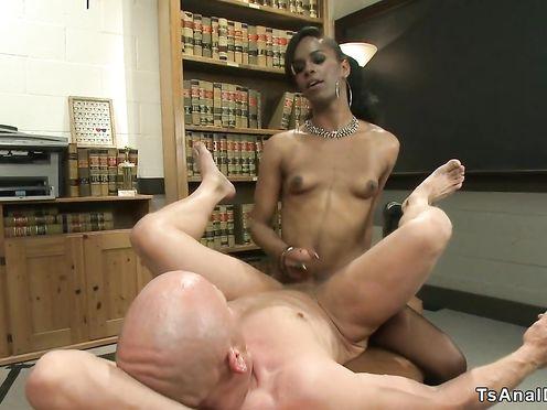 Негритянка в чулках натягивает лысого мужика очком на шоколадный хуй