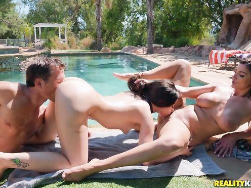 Красивый секс втроем на свежем воздухе возле бассейна