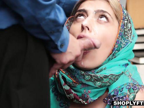 Скромную арабку на складе выебли и напичкали ей в рот спермы