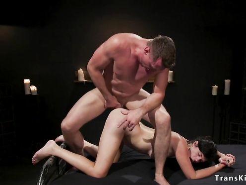 Парень связывает транса и ебет его в жопу после дрочки хуя