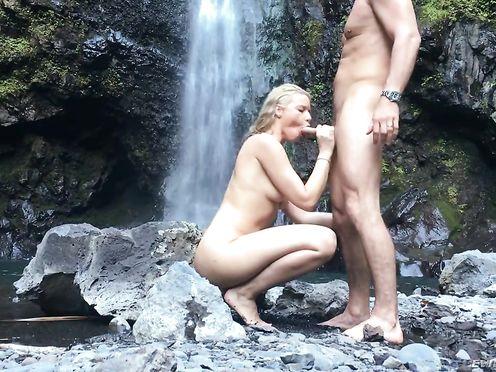 Красиво ебет на водопаде чужую жену блондинку после минета