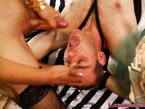 Секс-рабы сосут члены шимайлов и упиваются спермой