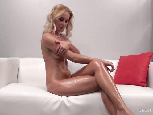 35-летняя блондинка на кастинге выглядит молодухой в масле