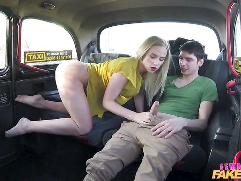 Блонда в такси после куни отсосала парню и красиво дала