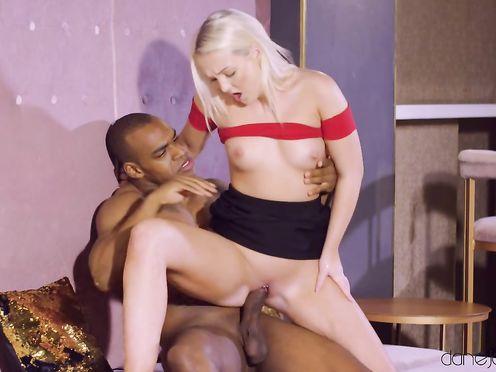 Негр бармен вылизал пизду блонде у садил ее на свой елдак
