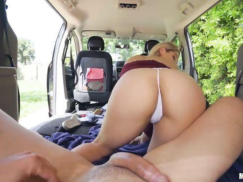 Блонда отвезла попутчика в лесок и сладко перепихнулась в салоне авто