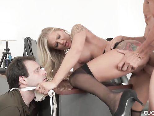 Блондинка в офисе ебется с шефом а муж ревнует в сторонке