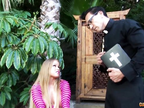 Похотливая зрелка соблазнила священника у себя во дворе