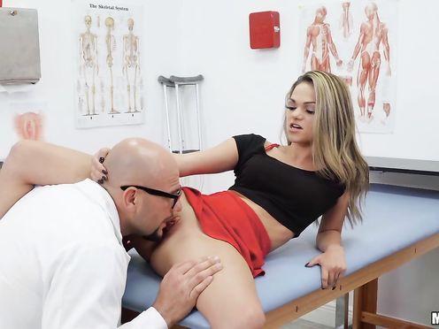 Опытный доктор распалил молодую блонду куни и сладко выебал
