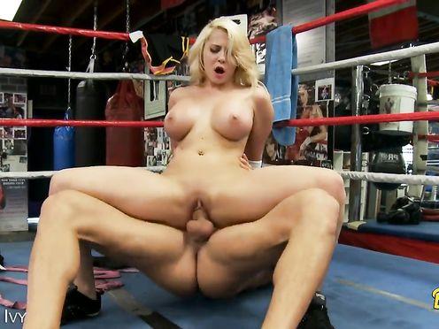 Боксер ебет свою поклонницу блонду прямо на ринге