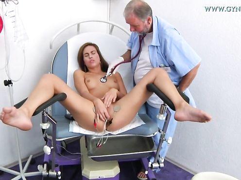 Замужняя телка на приеме у гинеколога дрочит пизду