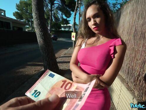 Курортница за евро лихо ебется с пикапером в укромном месте